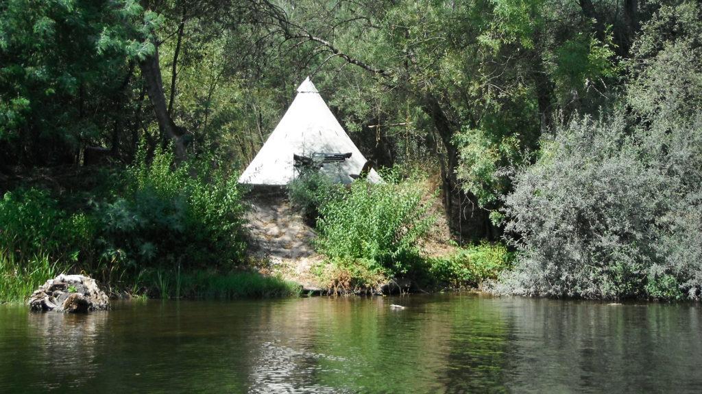 A plaatsen aan de rivier op onze camping